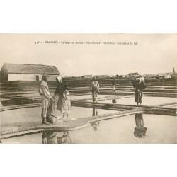 56 CARNAC. Paludiers et Paludières ramassant le Sel aux Salines du Bréno