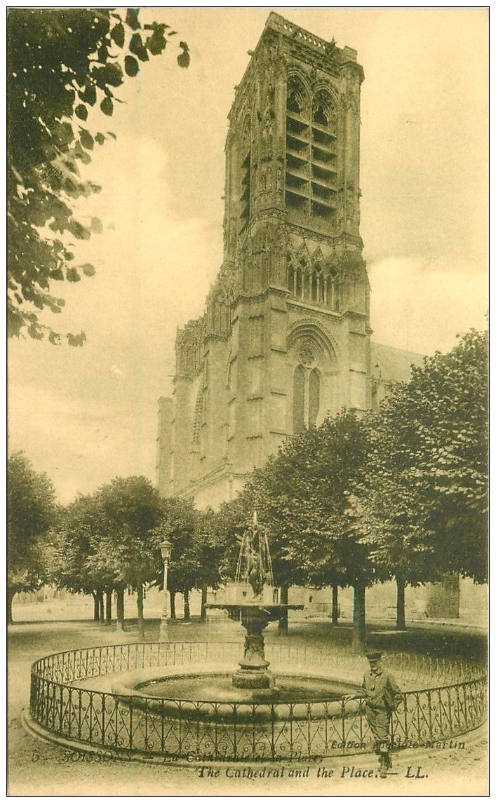 carte postale ancienne 02 SOISSONS. Fontaine Place de la Cathédrale. Edition Martin