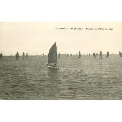 2 x cpa 85 CROIX-DE-VIE. Barques de Pêche et Pêcheurs au Port Quai de la République