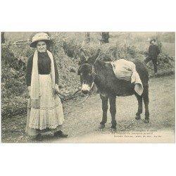 carte postale ancienne 15 AURILLAC. Paysanne avec son Ane. Transport pour le Marché