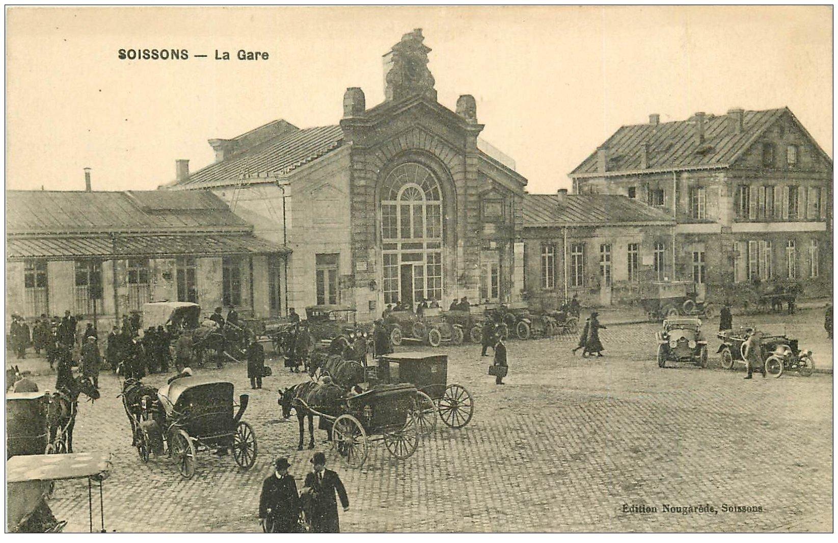 carte postale ancienne 02 SOISSONS. La Gare. Fiacres et voitures décapotables anciennes