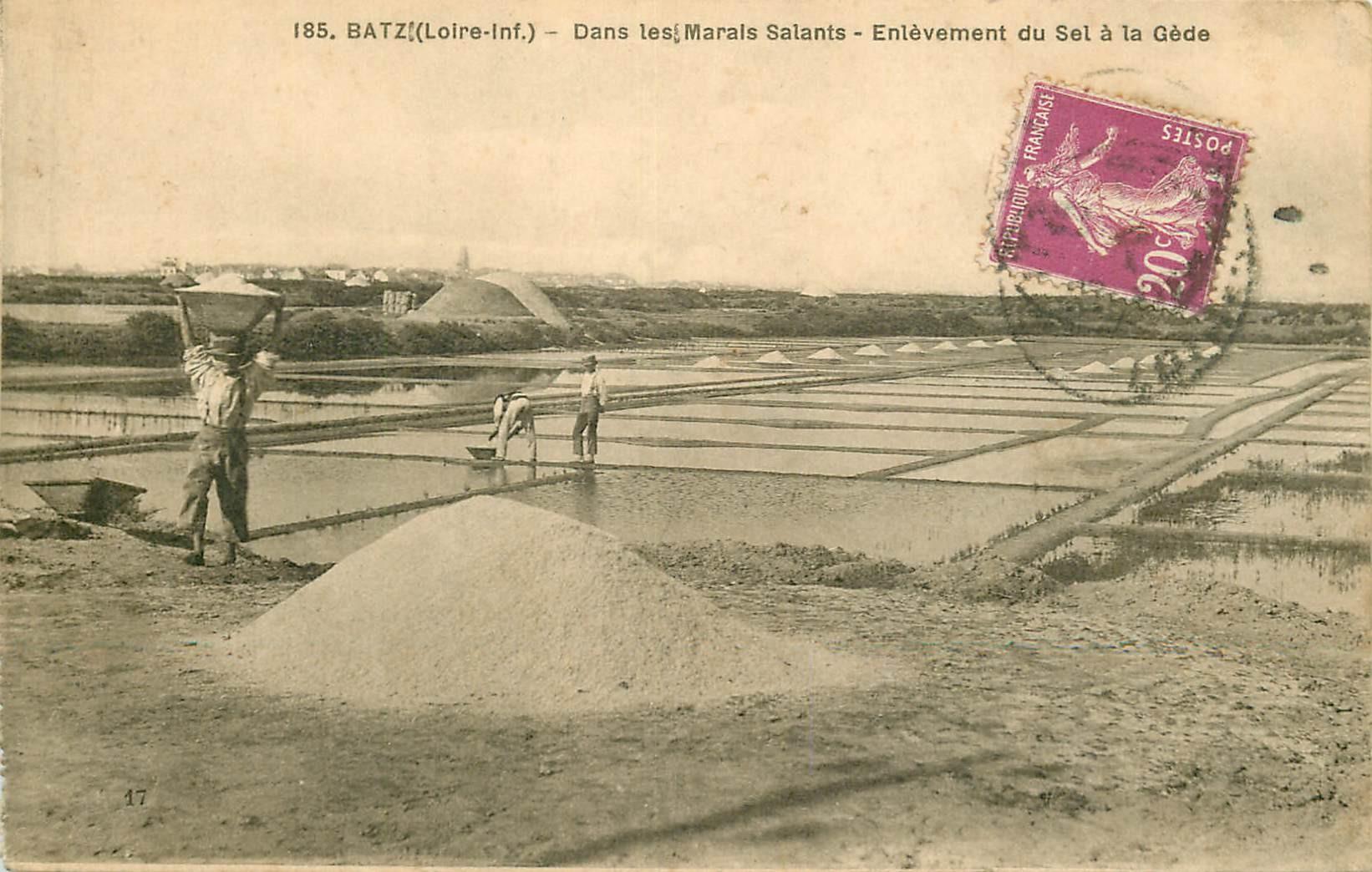 44 BATZ SUR MER. Enlèvement du Sel à la Gède dans les Marais Salants