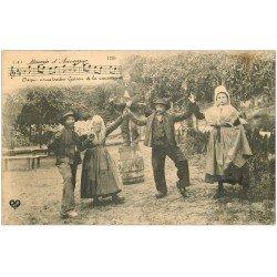 carte postale ancienne 15 AUVERGNE. La Bourrée. musicien viole et danseuses