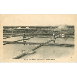 44 LE POULIGUEN. Paludiers dans les Marais salants avec Mulons 1933