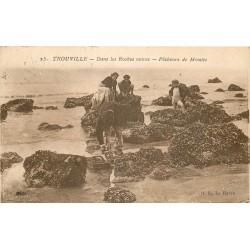 14 TROUVILLE. Pêcheurs de Moules dans les Roches noires 1928