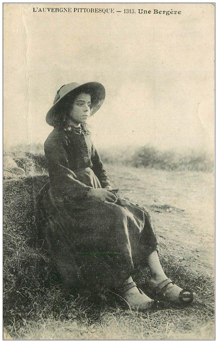 carte postale ancienne 15 AUVERGNE. Une Bergère 1919 (très fine plissure)...