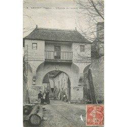 86 LEUGNY. Personnages à l'entrée ancien Château 1912