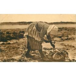 17 CHERAY environs. Une Pêcheuse d'Huîtres avec son petit marteau 1931