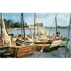 Photo Cpsm 80 LE CROTOY. Pêcheurs et bateaux de pêche dans le Port 1967