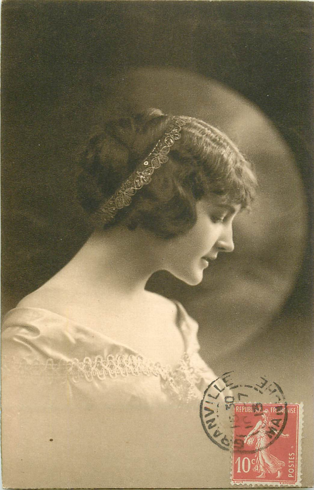 FANTAISIE. Femme avec dentelle dans chevelure 1913