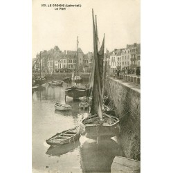 44 LE CROISIC. Bateaux de Pêcheurs dans le Port à Marée basse