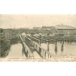 33 ARCACHON. Parqueurs d'Huîtres sur les Claies 1904
