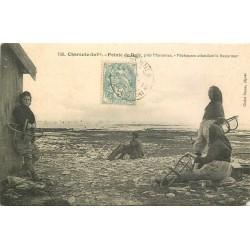 17 POINTE DE DAIR. Pêcheuses d'Huîtres attendant la basse marée 1907