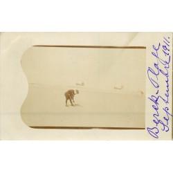 62 BERCK PLAGE 1911. Carte Photo d'un Gamin creusant le Sable