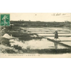 44 LES MARAIS SALANTS. La Récolte du Sel 1911
