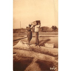 17 LA ROCHELLE. Enlèvement du sel dans les Marais 1946