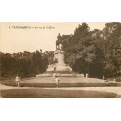 Madagascar. TANANARIVE. Statue de Galliéni avec Jardiniers