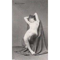 NUS ADULTES. Carte postale superbe Femme languissante à la draperie