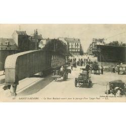 44 SAINT-NAZAIRE. Le Pont roulant ouvert pour le passage d'un Cargo-Boat