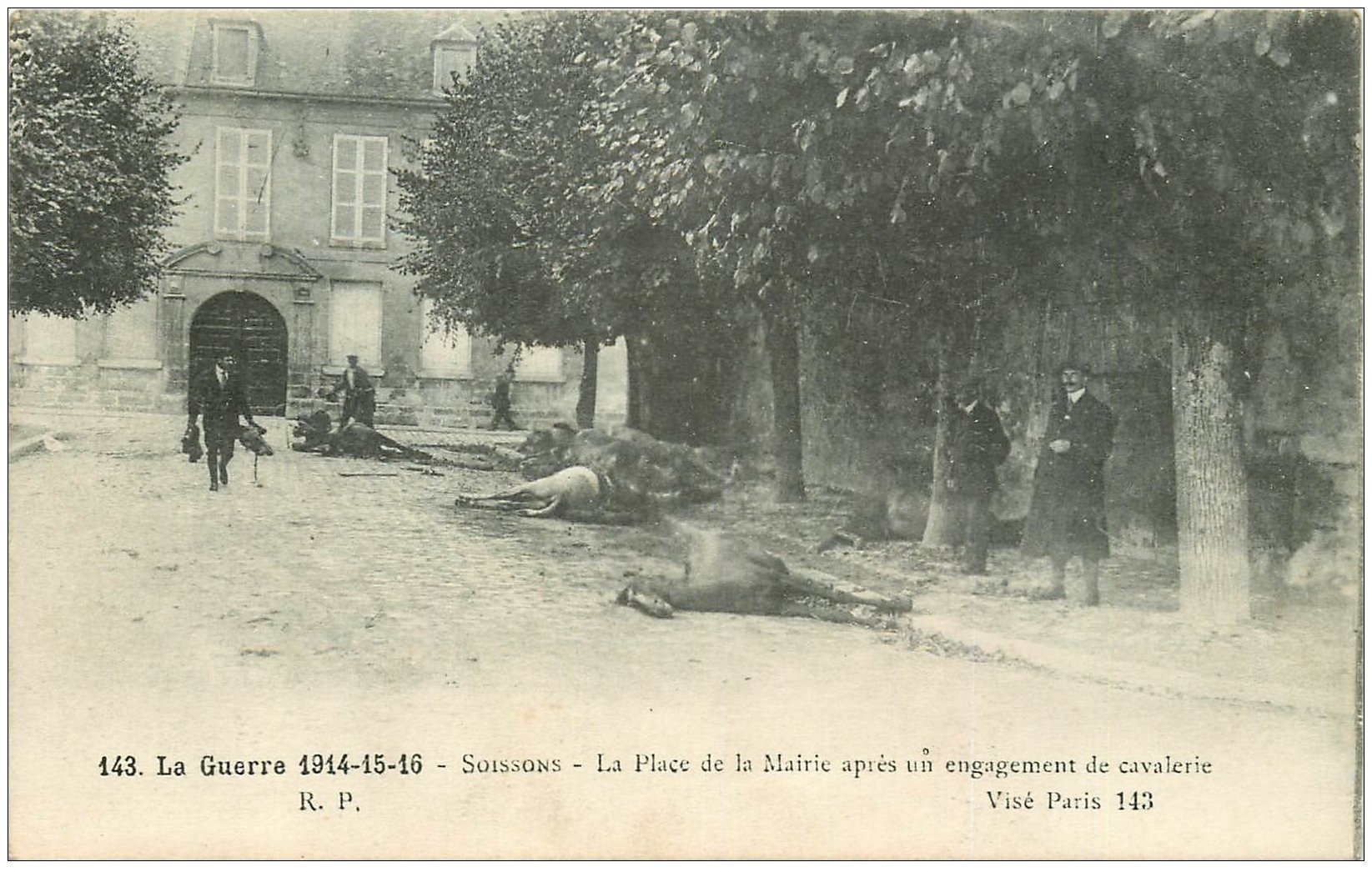 carte postale ancienne 02 SOISSONS. Place de la Mairie avec Chevaux morts