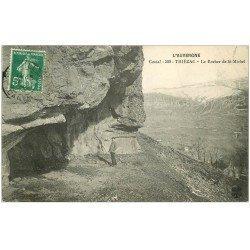 carte postale ancienne 15 THIEZAC. Personnage sous le Rocher de Saint-Michel 1913