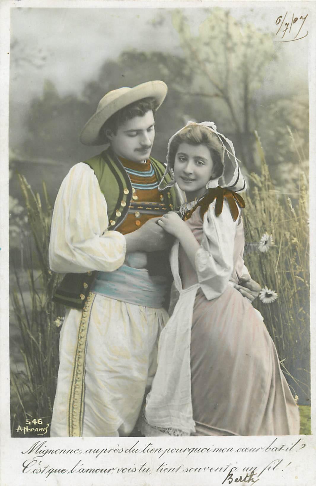 2 Cpa COUPLES. Entre amoureux un bouton à recoudre 1907