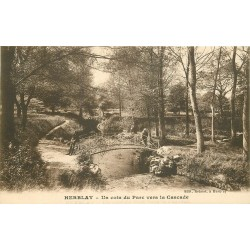 95 HERBLAY. Coin du Parc vers la Cascade animation sur le Pont de bois