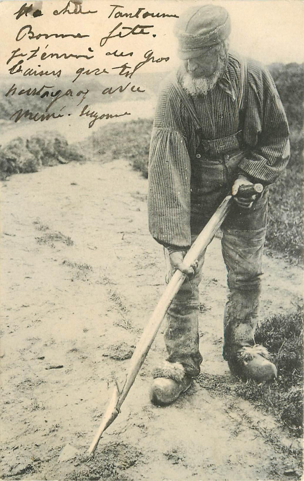 METIERS DE LA MER. Un Verrotier cherchant des vers pour la Pêche 1904