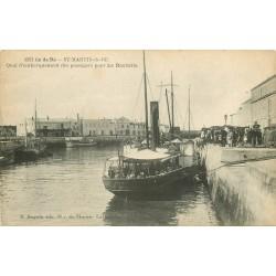 17 ILE DE RE. A Saint-Martin-de-Ré embarquement des Passagers pour La Rochelle