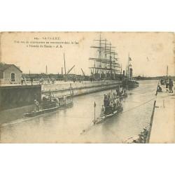 17 LA PALLICE. Sous-marins en manoeuvre dans le Sas entrée du Bassin avec voilier 1917