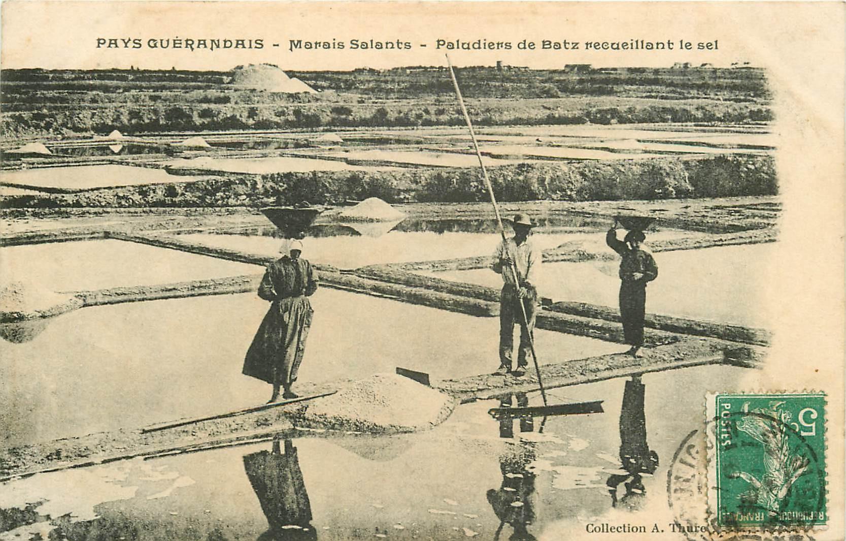 44 BATZ. Paludiers Guérandais recueillant le Sel dans les Marais Salants 1911