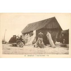 76 ETRETAT. Une Caloge avec Pêcheurs réparant leurs filets assis sur une brouette 1976