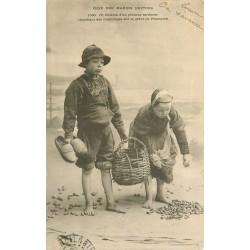 29 PENMARCH. Enfants de Pêcheur sardinier cherchant des Coquillages vers 1903