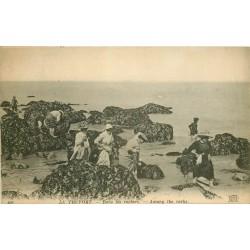 76 LE TREPORT. Recherche de Crustacés dans les Rochers 1919