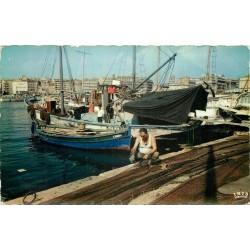 Photo Cpsm 13 MARSEILLE. Pêcheur raccomondant les filets 1960