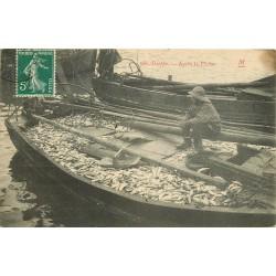 76 DIEPPE. Après la Pêche barque remplie de Poissons vers 1909