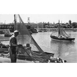 Photo Cpsm 85 SAINT-GILLES CROIX DE VIE. Le Port avec barques de Pêcheurs