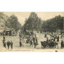 PARIS 16. Voiture ancienne Avenue de la Grande-Armée