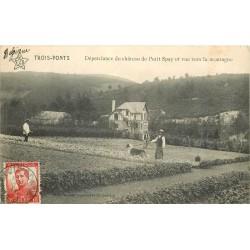TROIS-PONTS. Dépendances du Château de Petit Spay avec Jardiniers et chien vers 1911..