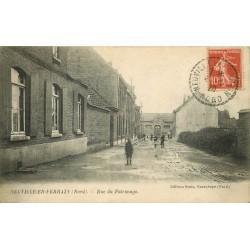 59 NEUVILLE-EN-FERRAIN. Rue du Patronage animée 1920