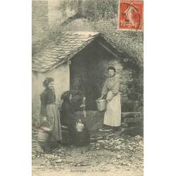 12 AVEYRON. Femmes puisant de l'eau à la Fontaine 1913