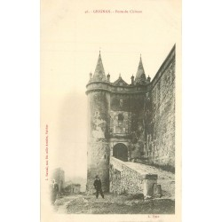 26 GRIGNAN. Porte du Château avec personnages vers 1900