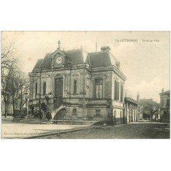 carte postale ancienne 16 LA COURONNE. Hôtel de Ville animation 1906