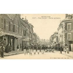 05 GAP. Défilé militaire devant le Grand Bazar Marseillais rue Carnot