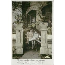 ENFANTS. Deux fillettes regardant un livre d'images. CL Papier glacé
