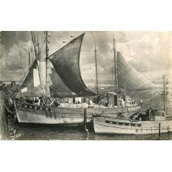 """Photo Cpsm 29 DOUARNENEZ. Bateau de Pêche """" Malamok """" dans le Port 1957"""
