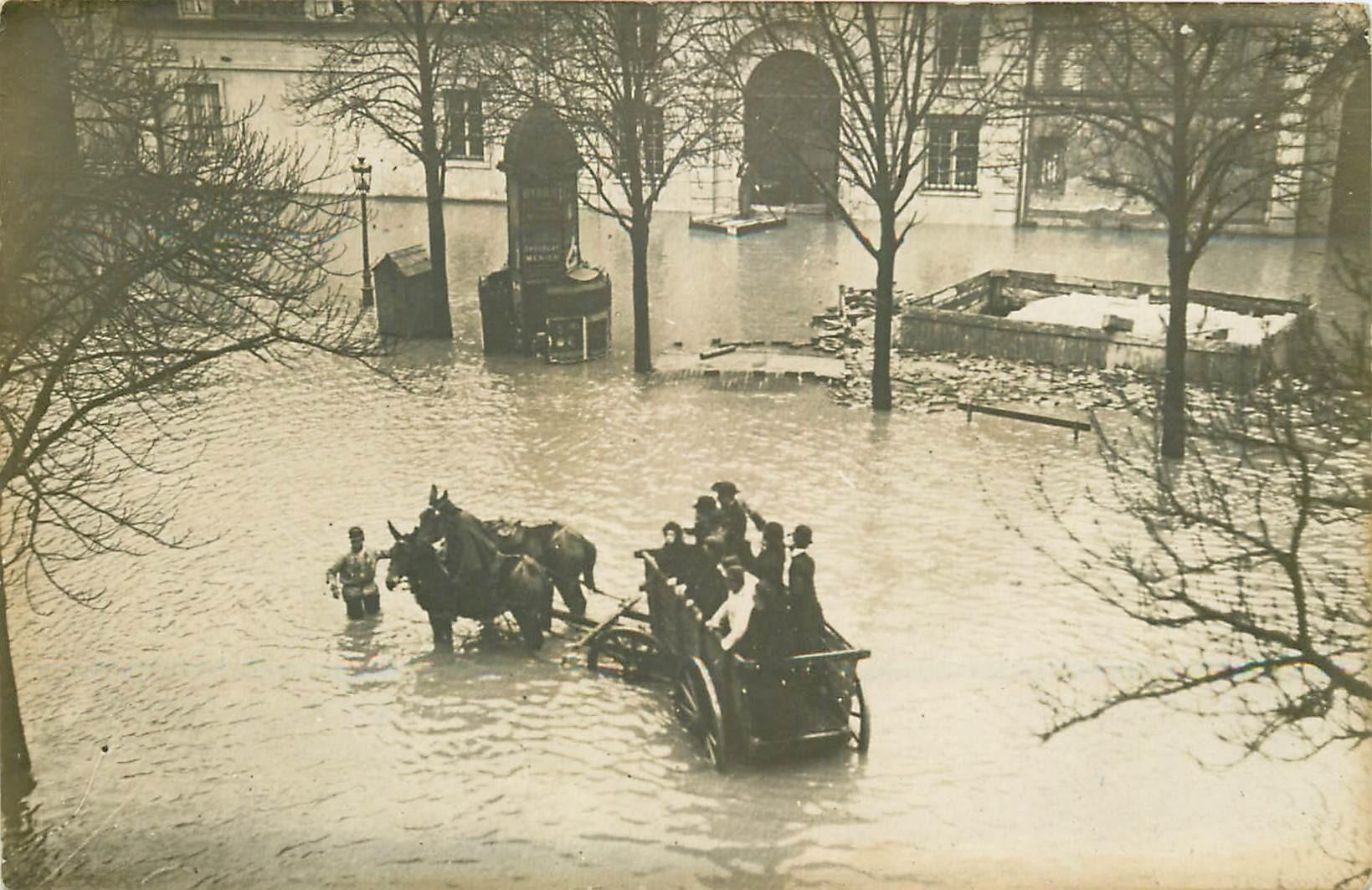 PARIS inondations de 1910. Militaires Sauveteurs en charette Photo carte postale