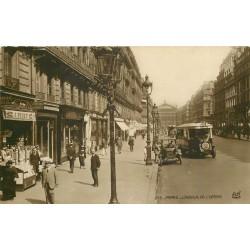 PARIS 02. Avenue de l'Opéra Taxi ancien et Autobus devant magasin de cartes postales