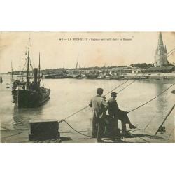17 LA ROCHELLE. Pêcheurs au carrelet et Vapeur entrant dans le Bassin 1908