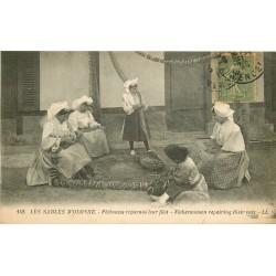 85 LES SABLES D'OLONNE. Pêcheuses réparant leur filet 1919